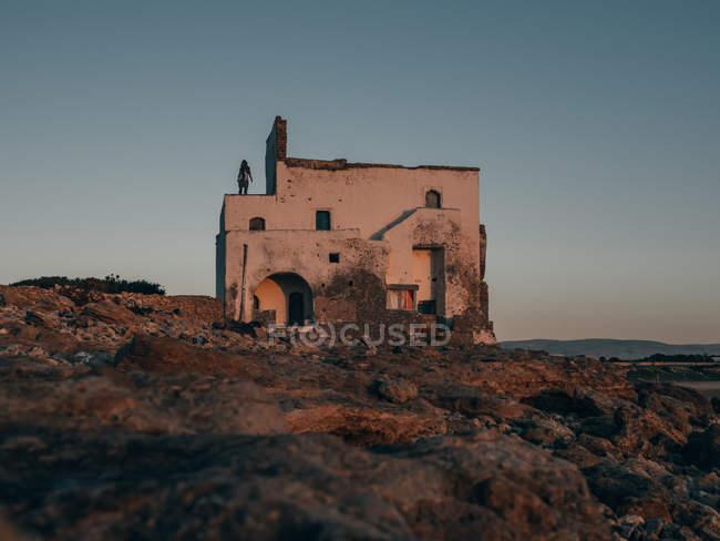 Чоловік, що стоїть на старий будинок — стокове фото