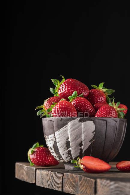 Tazón de fresas maduras - foto de stock