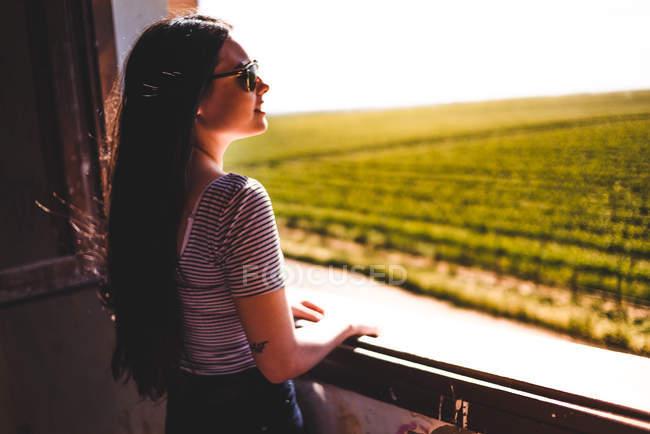 Frau blickt auf grüne Wiese — Stockfoto