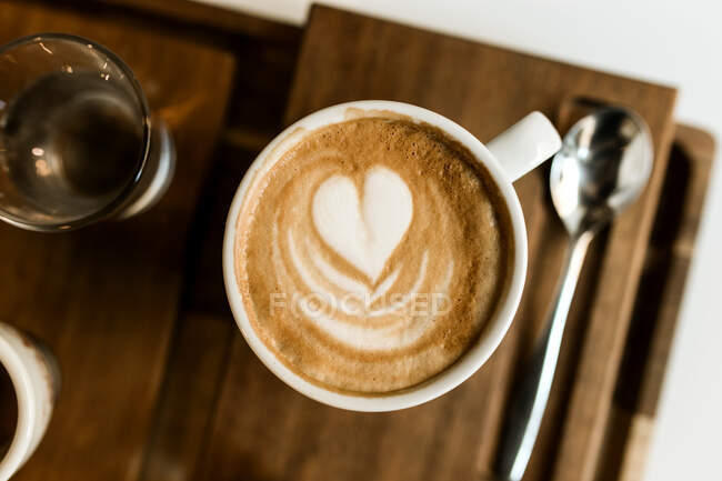Сверху чашки кофе и круассан подаются на столе. — стоковое фото