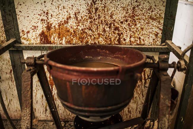 Вид залізного казана з рідиною на металургійній фабриці з вітрами. — стокове фото
