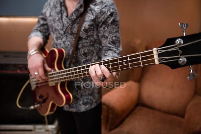 Чоловік грає гітара — стокове фото