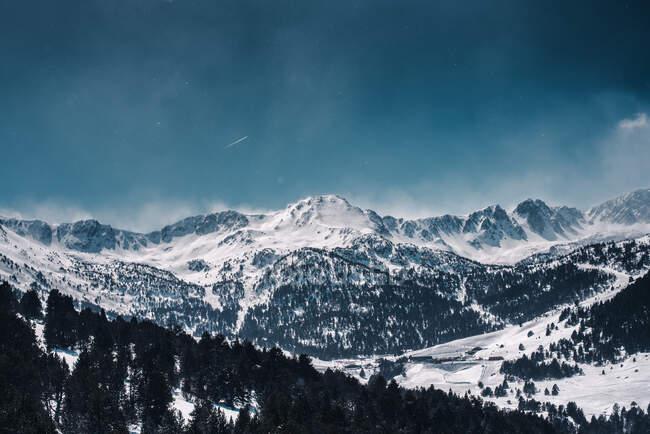 Majestueuses montagnes enneigées et rocheuses — Photo de stock
