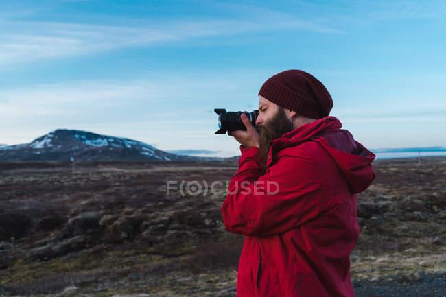 Uomo scattare foto Islanda paesaggio — Foto stock