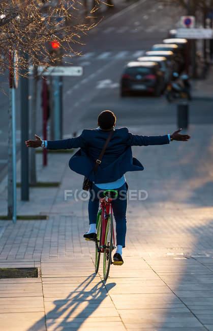 Верховая езда велосипедов человек без рук — стоковое фото