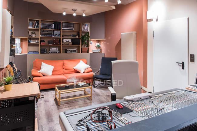 Divano in studio di registrazione — Foto stock