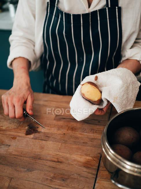 Шеф-кухар пілінг картоплі — стокове фото