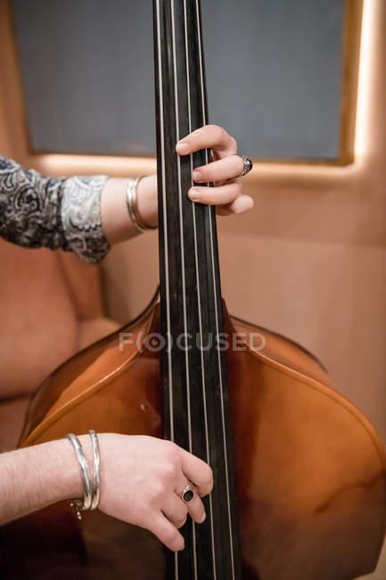 Самець рук бас грає на репетиції — стокове фото