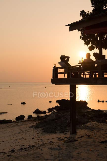 Людей, відпочинку на терасі на березі моря — стокове фото