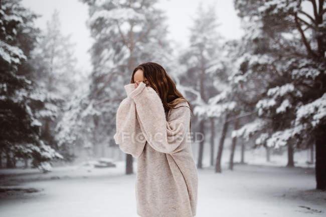 Rosto de mulher coberta com neve — Fotografia de Stock
