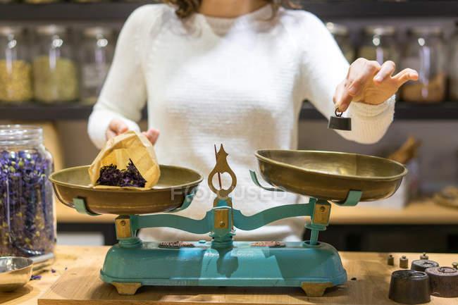 Жінка покласти шматок ваги ваги — стокове фото