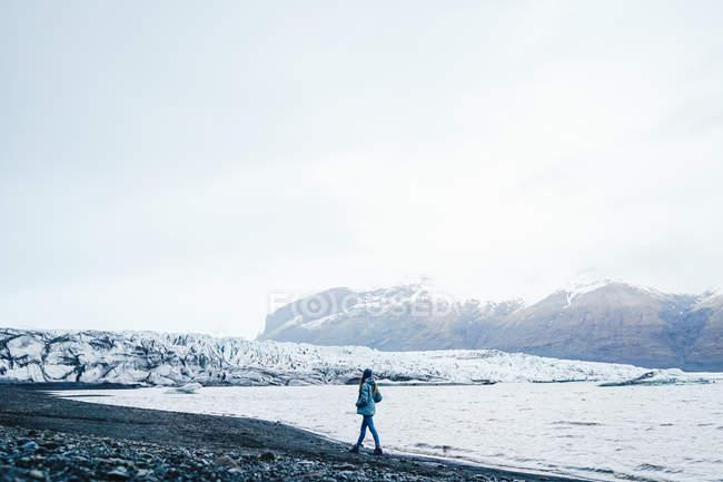 Mulher andando na paisagem de neve — Fotografia de Stock