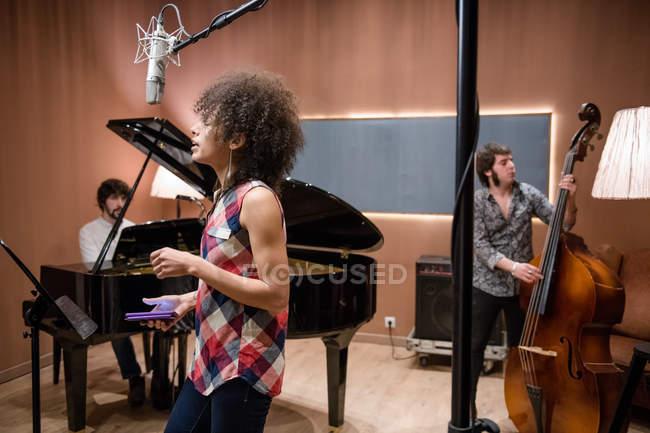 Frau singt bei Bandprobe — Stockfoto