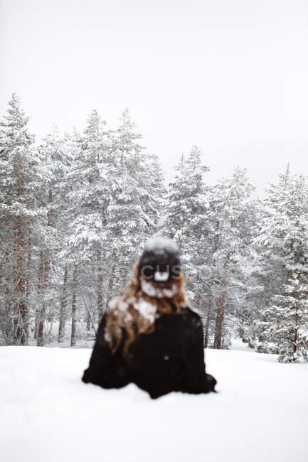 Mujer tendida en la nieve - foto de stock
