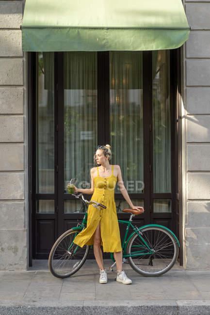 Frau mit Vintage Fahrrad auf Straße — Stockfoto
