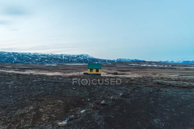 Small hut in desolated field — Stock Photo