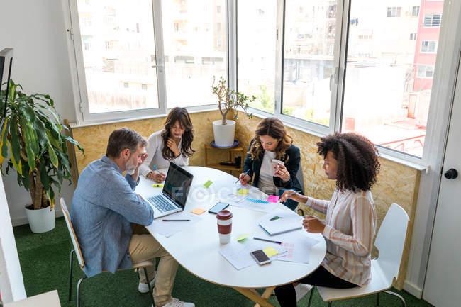 Colleghi che comunicano durante il lavoro — Foto stock