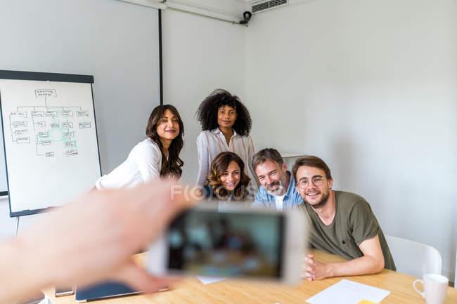 Руки, приймаючи фото бізнес команда — стокове фото