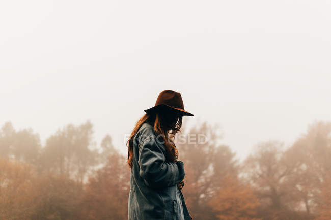 Woman wearing hat standing in forest — Stock Photo