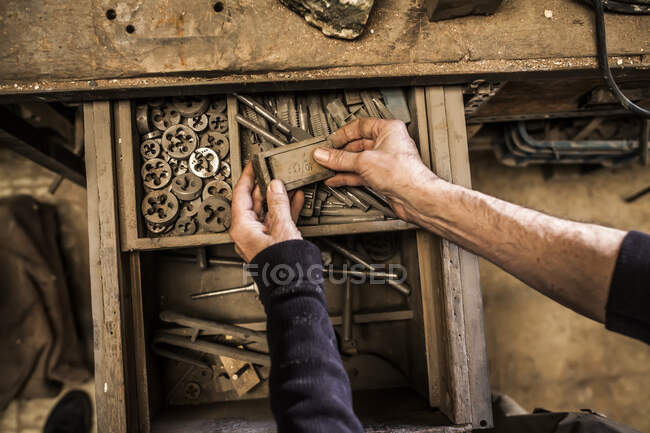 Інструменти з відкритого ящика дерев