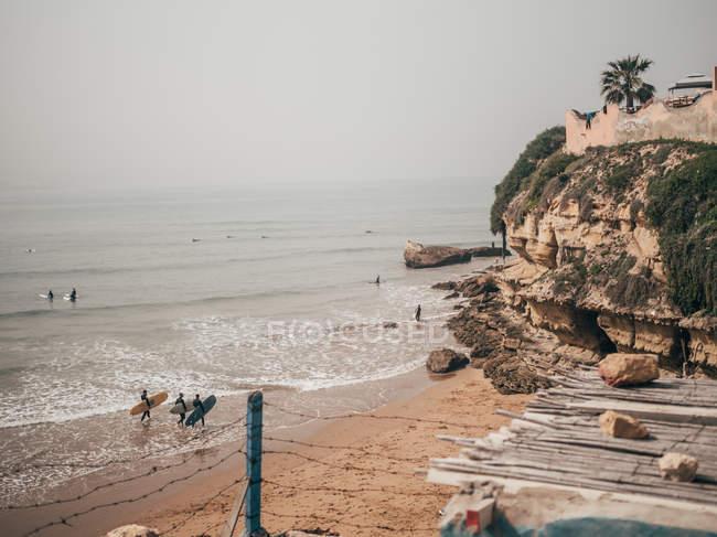 Серферів, ходьба на піщаному пляжі — стокове фото