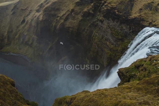 Величезний водоспад і скелі — стокове фото
