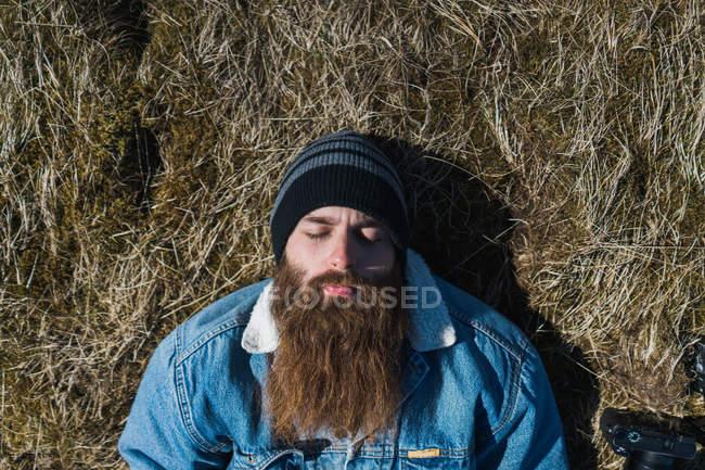 Бородатий чоловік лежить на траві — стокове фото