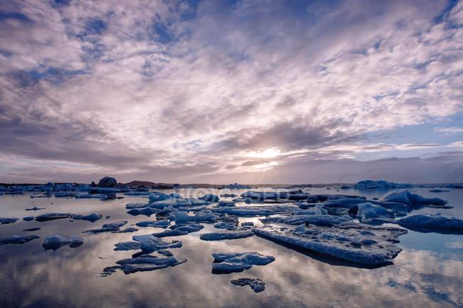 Lago com gelo e céu dramático — Fotografia de Stock