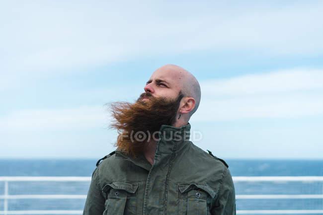 Бородатий чоловік, що стоїть на палубі — стокове фото