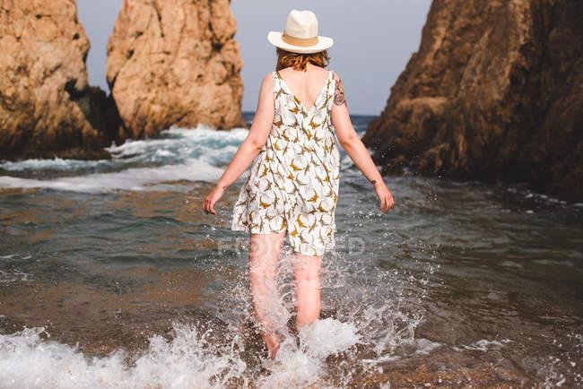 Жінка, стоячи в море — стокове фото