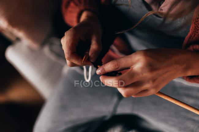 Frau sitzt und strickt — Stockfoto