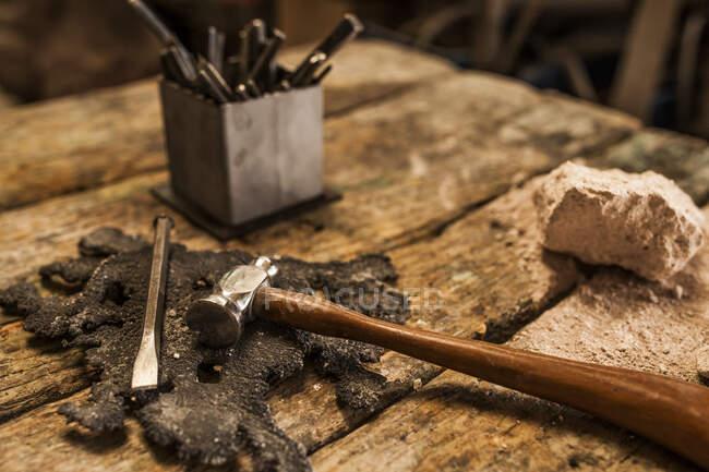 Погляд на молоток і інструменти на дерев