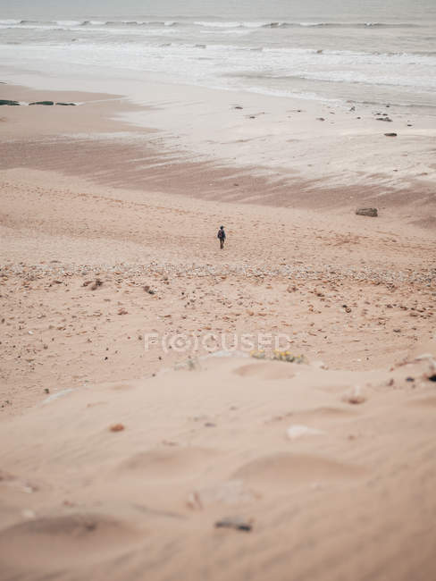 Tourist standing at calm ocean — Stock Photo