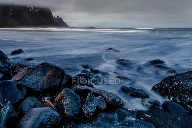 Холодные озера и прибрежные камни — стоковое фото