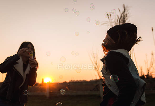 Kids playing with soap bubbles — Stock Photo