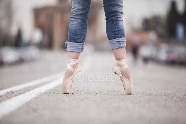 Danseuse dansant sur une jambe — Photo de stock