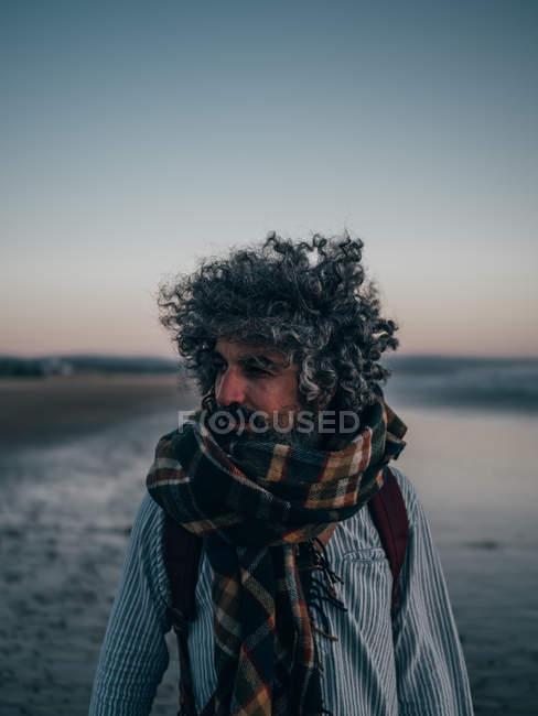 Людина, що стоять біля океану — стокове фото