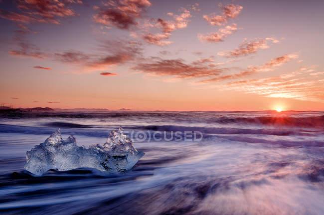 Лід crystal на узбережжі на заході сонця — стокове фото