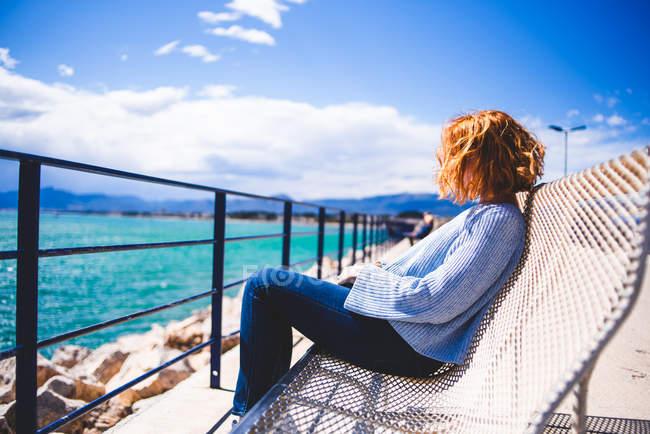 Donna rilassante al mare — Foto stock
