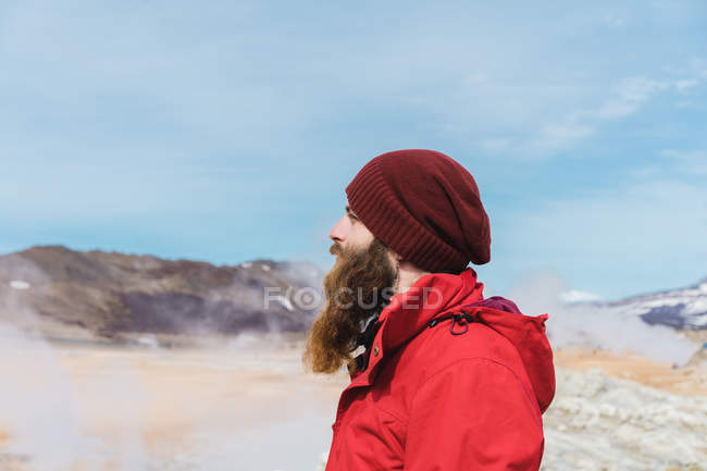 Man standing at geyser — Stock Photo