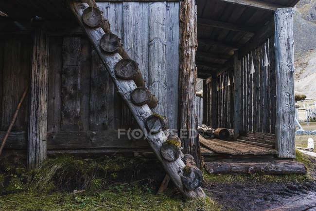 Стара заміському стилі дерев'яного будинку — стокове фото