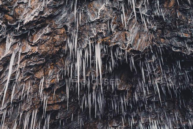 Заморожені бурульок на скелі — стокове фото