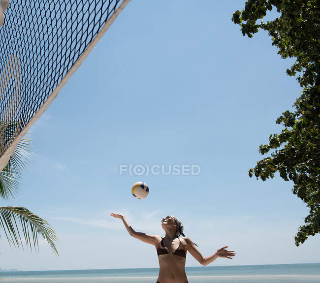 Frau spielt am Strand Volleyball — Stockfoto