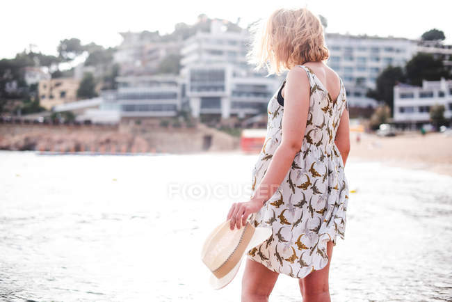 Femme debout à l'océan — Photo de stock