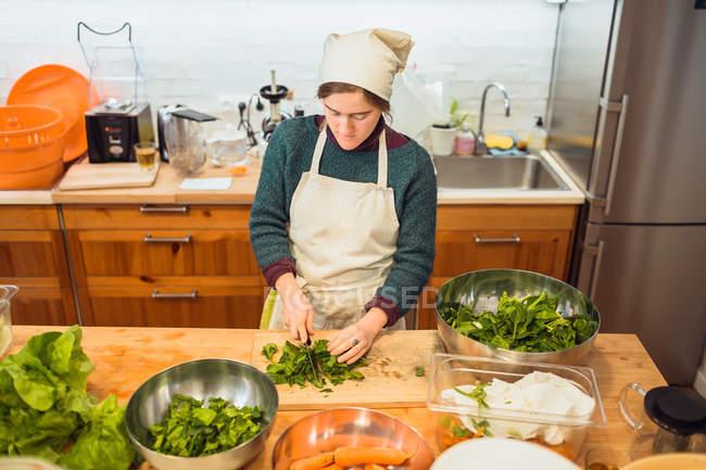 Mulher cortar salada no restaurante — Fotografia de Stock