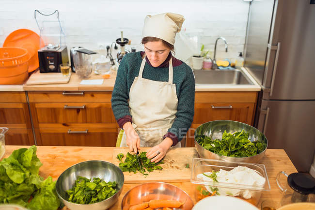Frau hacken Salat im restaurant — Stockfoto