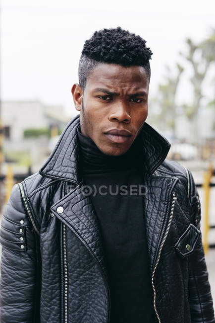 Homme noir en veste en cuir — Photo de stock