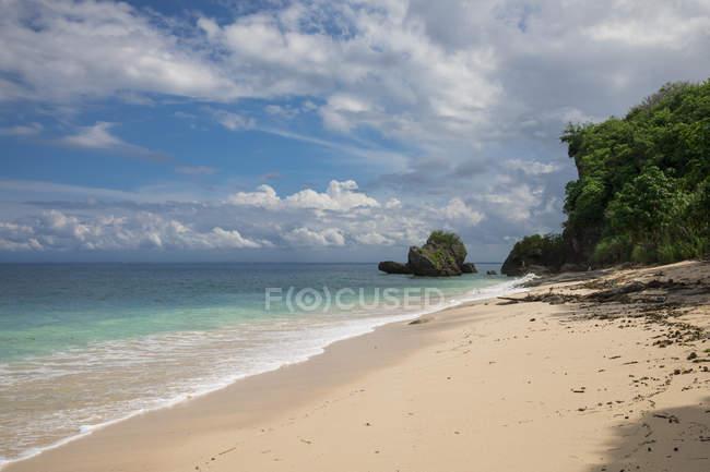 Спокійна океану і сонячному пляжі — стокове фото