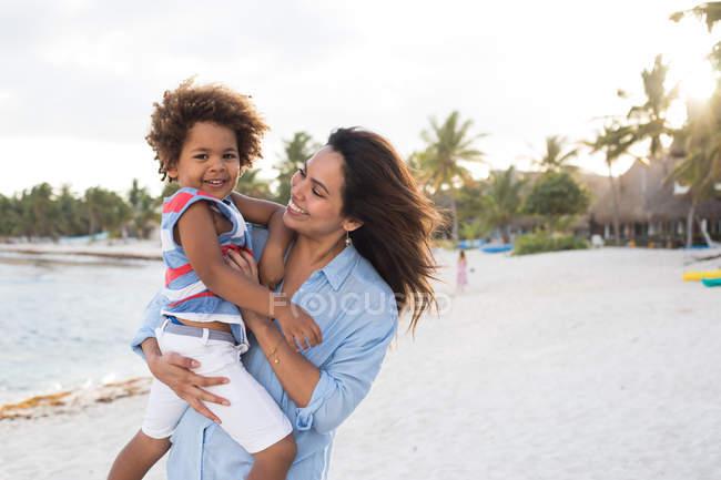 Женщина с ребенком на пляже — стоковое фото