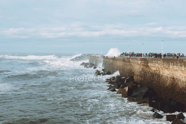Brick front de mer avec les touristes — Photo de stock